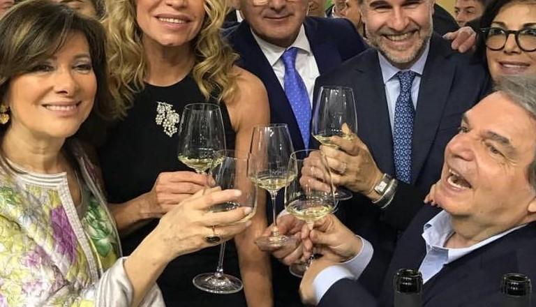 Photo of Come si regge il calice di vino?