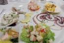 Porzione di pesce normale in un piatto gigantesco