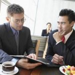Incontri di affari a tavola – 2 parte, la conversazione tra professionisti