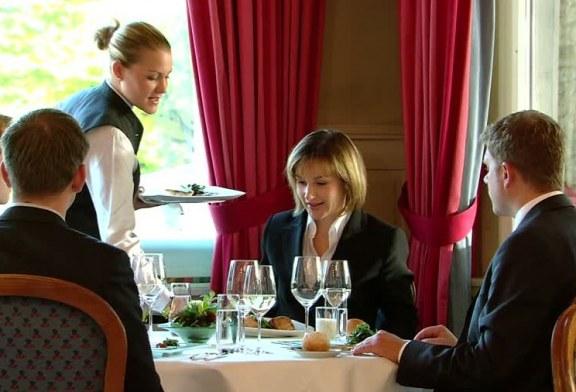 Incontri di affari a tavola – 4 parte, chi paga il conto quando le parti si incontrano per una trattativa