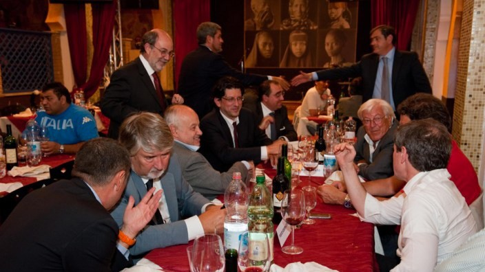 Photo of Il Galateo in tavola: non si parla di politica quando si mangia