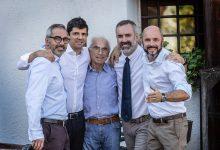 Arrigo Pisoni (al centro), patriarca della famiglia, brinda con Andrea, Francesco, Elio e Giuliano.